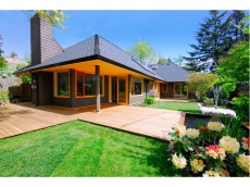 Westcoast contemporary with spacious open floorplan in desirable Ambleside